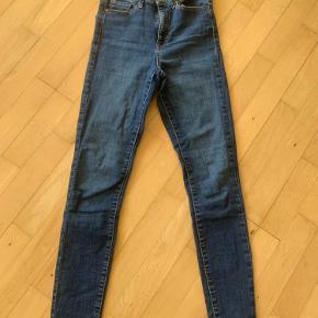 Pæne mørke denim bukser, i str. S/32 fra Vero Moda. Der er stretch i, og de er ikke brugt ret meget.
