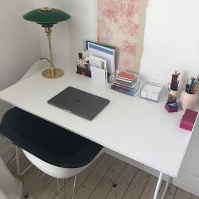 Stilrent og enkelt Hvidt skrivebord. Sælges i forbindelse med flytning. Skrivebordet er 6 år gammel, men har ingen skrammer eller andet tegn på slid. Kan afhentes hurtigst muligt i Odense.