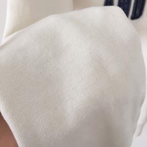 Superfin hoodie fra Abercrombie sælges! Jeg har brugt den et par gange, da jeg var yngre, men jeg kan desværre ikke passe den længere og derfor sælges den. Den har en mindre plet (øverst) som ses på første billede, men ellers ingen tydelige tegn på brug🥰 Størrelsen er large i børne str., så den svarer til xs