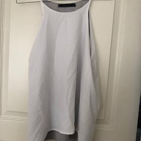 Smuk tidløs Zara top i let materiale med to lag - grå og hvid.