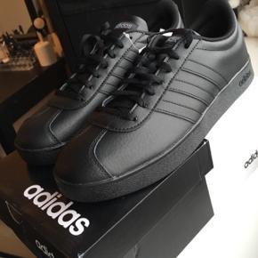 🇩🇪Adidas VL Court Leather All Black ▪️Str. 43.3 men passer 42 ▪️Aldrig brugt - kommer i kasse📦  🎉Perfekt gave