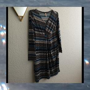 Rigtig fin kropsnær kjole med blålige og laksefarvede nuancer sælges 🌼  Størrelsen er en M/L (T3) vil jeg mene, kan tage mere specifikke mål, hvis det ønskes 👍 Ukendt mærke 👈  Den kan også hentes på min adresse 👈