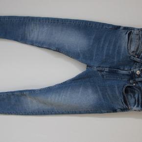 Helt nye ZARA skinny jeans i størrelse 36. De er kun prøvet på. De ser lidt mørkere ud end de er i virkeligheden.Købt for 25,95 euro (knap 200 kroner). De kan fås i Danmark til 250 kroner. Sender gerne på købers regning.