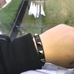 Dette Valentino armbånd sælges. Fremstår som nyt og har ingen fejl.  Nypris er 1100kr Mp kom med et bud/ INGEN SKABBUD Kvittering, ægtehedsbevis æske, pose medfølger!  SKRIV TIL 50661790 FOR MERE INFO