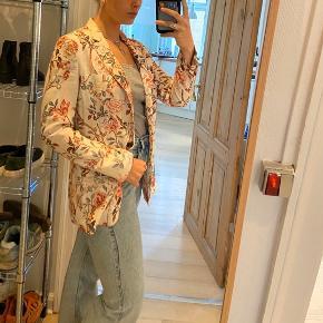 Flot farvet blazer fra Zara. Perfekt til at tilføje lidt farve til sommeren.   Byd😁