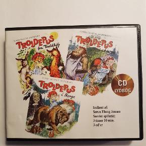 3 titler i Troldepusserien. Indeholder tre cd'er med en historie på hver.Samlet spilletid: 3 timer og 50 min. Sendes og leveres ikke. Afhentes i Stige.  Søgeord: eventyr lydbånd lyt lydcd historie børnebog børnebøger cd troldepus retro