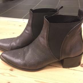 Flotte Mentor støvler. Metallica mørkeblå. Rigtig behagelige at have på. Jeg sælger dem, fordi jeg desværre ikke får dem brugt..
