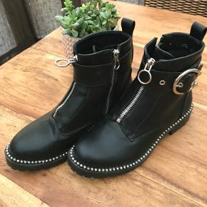 Rå støvle med gode detaljer.