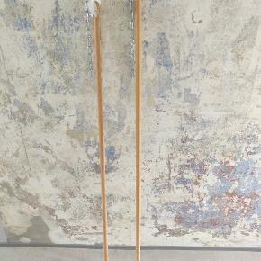 2 lange bøjle stænger. Måler hver 150 cm. De er klar til opsætning med skruer og kæder