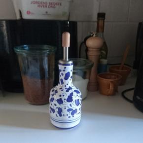 Cute olie/eddike flaske købt i Italien. Håndmalet, aldrig brugt :-) Np. 185 kr.  Hvis du er interesseret i at købe så skriv endelig her på væggen og ikke som privat besked. Tak :-)