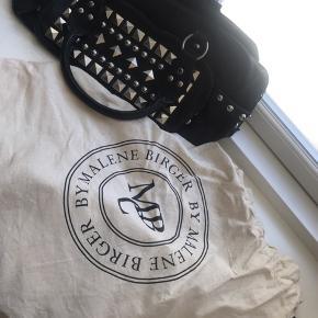 By Malene Birger håndtaske i sort med nitter - virkelig cool til byturen eller til shoppeturen.  Et stort og to små rum (foran og inde ved logo)   Normal pris 5000 kr.  ny pris 550 /Byd gerne.  - ingen kvittering, men fin dustbag.   Skriv endelig for spørgsmål - Sender gerne 😊