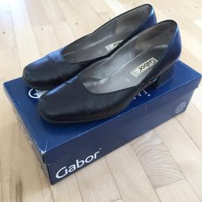 Fine pumps fra Gabor i lækker læder kvalitet med lille hæl. Str. 4,5 svarende til str. 37,5. Nypris 800 kr. Byd