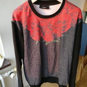 Flot sweater fra Givenchy i str. L Et par mål: armhule til armhule Ca. 56cm, front fra top til bund ca. 68, ærmet fra skulder og ned Ca. 66.  Mp. 800