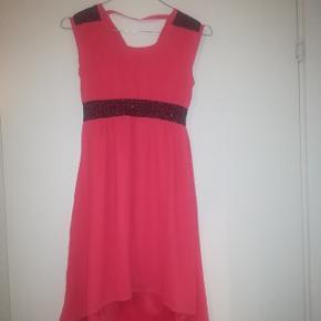 Rigtig flot kjole i lyserød laksefarve, med sorte perler.