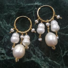 Øreringe med ferskvandsperler på forgyldte sølv creoler.  barok perle perler