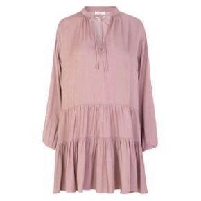 Lækker kjole med vidde i smukkeste farve. Str M/L. Ny med mærke.  købspris 700.- Bytter desværre ikke..