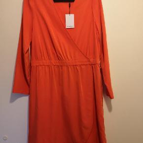 Flotteste kjole fra Pedro del Hierro i det fineste bløde materiale, som får den til at fremstå eksklusiv.  Kjolen er med wrap effekt med knaplukning og bindebånd til taljen medfølger i samme farve.  Købt i Spanien i april måned. Aldrig brugt. Nypris: 189 euro Materiale: 74% modal og 26% polyester