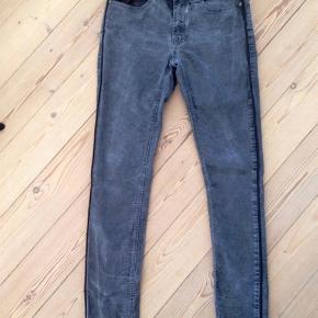 Varetype: numph Jeans Størrelse: 27 Farve: Som billede Oprindelig købspris: 500 kr.  Fede jeans med imiteret skind pipings langs bukseben.  Bytter ikke