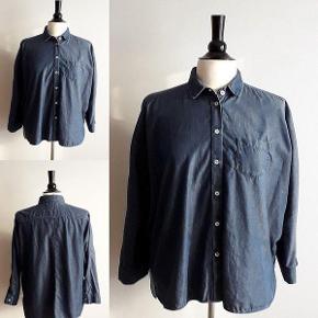 Denim shirt DKK 1300,00  Model:ALDA Garment fra MaxMara weekend størrelse 38  Denim skjorte i vasket bomuld. I mørk denim skjorte med en boxy form, loose fit. synlige knapper og kimono ærmer og krave. Ærmer slutter midt på underarm. 100% bomuld. Skjorten fremstå i flot stand.  Der udleveres en kopi af kvittering (da jeg har andre vare på kvitteringen) Sendes med DAO  - Størrelse 38 - 100% bomuld - Længe ca 62 cm - Omkreds bryst ca 140 cm - Omkreds hofte ( nederste kant) ca 122 cm  BYTTER IKKE  TJEK MINE ANDRE ANNONCER, HAR MANGE FINE TING.  Denim skjorte loose fit. Model ALDA Garment Farve: Mørk Denim Oprindelig købspris: 1300 kr. Kvittering haves