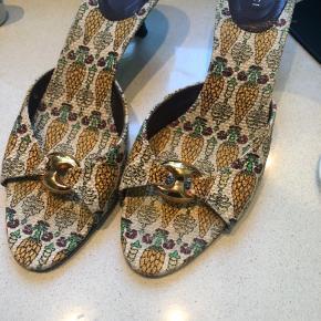 Vintage Gucci slippers  Med ananas mønster.  Brugt meget lidt - fremstår uden slid.  Lille hæl - nemme at gå med.  Mindstepris 1500 kr.