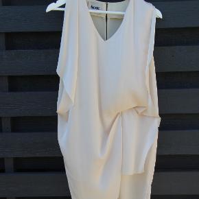 Acne Studios Mallory V Neck Asymmetric Dress. Cremefarvet med lyserød undertone.  Kun brugt 2 gange.  BYD - Mindstepris 1500 kr.