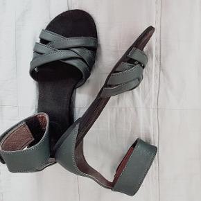 Ca'Shott 🌟 Cashott grå sandaler. Skind indvendig og udvendig. Bløde bøjelige såler. Med regulerbar ankelrem.  Brugt få gange. Som nye! Ingen fejl, slid el.a!  På anden annonce;  LINEA 🌟 Sølv sandaler. Skind udvendig og indvendig. Kan reguleres over vristen. Brugt få gange. 68PP