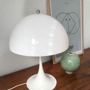 Louis Poulsen Mini Panthella (Verner Panton) lampeskærm i hvid, helfarve.  Fejler intet.  Sælges da jeg har købt anden farve. Np 625kr.  Obs - kun skærmen sælges.  Kan afhentes i Aarhus C
