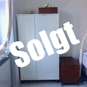 SOLGT  Sælger dette skab hurtigst muligt! BYD BYD BYD  Sælger dette hvide tøjskab da jeg har fået et nyt. Det er lidt slidt i malingen og kan ses at det er brugt så derfor sælges det til en rimeligt pris, så byd gerne! Jeg bor på Christianshavn i en stueetage.   Skal af med det hurtigst muligt!