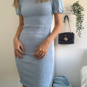 """Fin smock kjole fra Gina Tricot. Købt for ca 1 måned siden,så kan stadig fås i butikkerne.   Aldrig taget i brug.   Købspris var 300 kr.   Køber betaler igennem """"Køb nu"""" eller afhenter i indre by."""