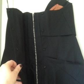 Stropløs LBD fra Acne Jeans i fantastisk kvalitet.  Kjolen er ALDRIG BRUGT. PRISMÆRKE SIDDER STADIG I.  Nypris: 3600 kr.