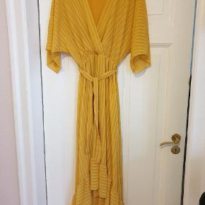 Smuk kjole, der falder rigtig flot. Den er one size og kræver mest lidt højde. 😊 Et lille bitte hul bagpå.