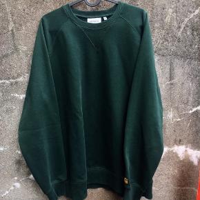 Carhartt Chase sweatshirt i str. XL. Fremstår som ny, da den næsten aldrig er blevet brugt.  Den er i en virkelig god og tyk kvalitet, og er perfekt til den kolde tid vi går i møde :-)