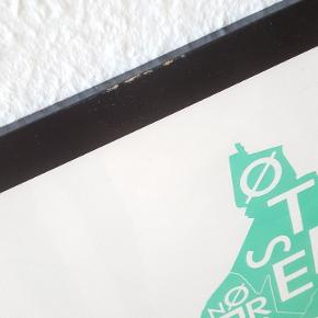 Plakat fra Kortkartellet - KØBENHAVN  Nypris 399 kr.  Papiret er lækkert ubleget kvalitetspapir. Plakaten måler 50x70cm og passer i alle standard-rammer.  Den sorte ramme er lidt løs i det og den kan derfor følger med gratis.😊