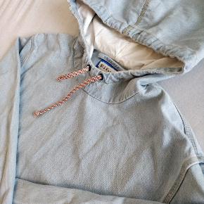 Acne Studios Blå Konst Denim anorak/hoodie.  Stand: 9/10, brugt max 3 gange, meget sparsomt.  Size: 50 oversize (omkring en XL)  Ny pris: 2500,- (så vidt jeg husker)  Pris: 1000,- (ONO)