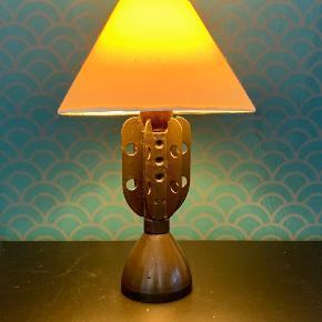 Sæt knald på indretningen med denne lampe! Udført af en gammel mortergranat. Højde: 23,5 cm Bemærk: Skærmen medfølger ikke.