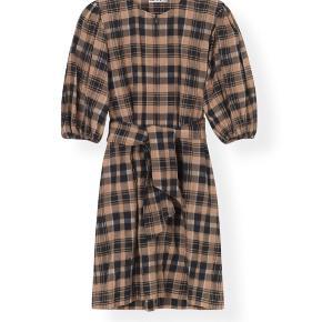 Ganni Seersucker kjole - brugt 1-2 gange. Tag og Gannipose medfølger   Jeg vil gerne så tæt på nyprisen som muligt (1500kr)  Bud under 1300 ignoreres og jeg bytter ikke ☺️