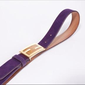 Vintage amethyst purple Fendi logo belt in suede. The buckle is in gold metal with saffran colored glitter. The belt is in good condition with only a few faults (see the pictures).