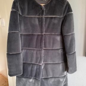 Lækker grå frakke brugt sparsomt