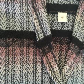 Super smuk Belis kappe fra Heartmade i brune, grå, rosa farver med sidelommer. Uld, akryl, poylamide. Aldrig brugt. Str. S/M