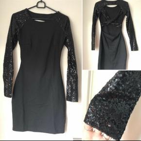 Kun prøvet på: passer af x-small til medium. Tætsiddende kjole med palliet-ærmer og krydset ryg.