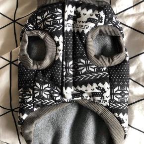 Super fin hunde sweater sælges, da den desværre er for lille til min Shih Tzu.  Rigtig dejlig blød og varm og med fine detaljer. Aldrig brugt