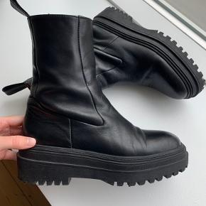 De meget populære og udsolgte skindstøvler fra ZARA🌸 De har været brugt 4 gange og er derfor i pæn stand👍🏽 Køber betaler fragt og TS-gebyr. *Jeg tager ikke varer retur😊  BLIVER SENDT I DAG