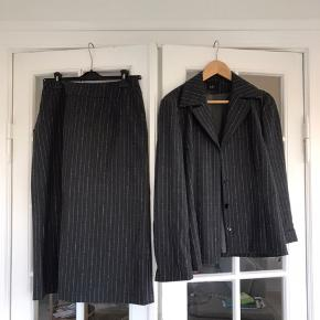 Sæt fra KELLO med nederdel og jakke i str m Sælges billigt❤️