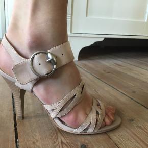 Der er stadig mærkeseddel under den ene sko. Ikke brugt, dog lidt slitage på den ene hæl da de har stået nederst i skabet.