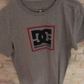 DC SHOES USA T-shirt  Str. large Grå 100% bomuld Brugt én gang Nypris 300,-  Har også én i hvid. Få begge for 299,-