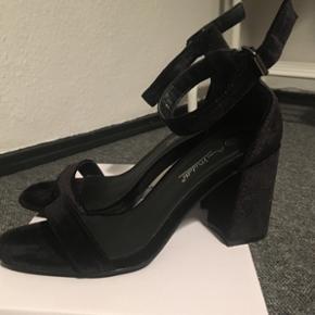 Sælger mine høje hæle fra Anne Michelle i sort Velour. Hælen er 7,5cm. Høj. De er kun brugt 1 aften, og deres cond er 9/10. Se endelig mine andre annoncer😋