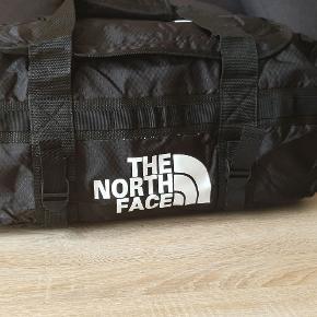 Løberygsæk, The North Face, b: 63 l: 31 h: 30  Løberygsæk, The North Face  Rygsækker stropper, dvs de kan bruges som tasker. God kvalitet.  Tre forskellige farver. Rød, Sort og Blå. 63cm/31cm/30cm eller 60 L.