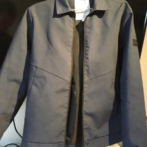 Virkelig fin habit-lignede jakke. Super komfortabel at have på. Brugt meget få gange. Sælger pga., den er blevet for lille😅 Byd