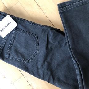 Mørkegrå Balenciaga jeans str 36 Aldrig brugt  Ny prisen er omkring 3700 kr  Mp er 600 kr