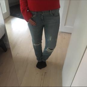 Boyfriend jeans fra Samsøe&Samsøe, str 28/32.  Nypris 800 kr. Aldrig brugt. De sidder desværre noget tæt på mig, men de skal sidde løst.  Afhentes eller sendes med DAO